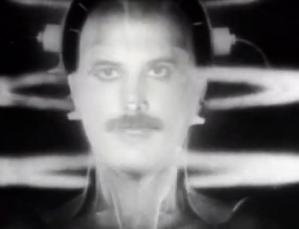 Fred Mercury colocando seu rosto em Hel, no Clip de... Radio Ga Ga